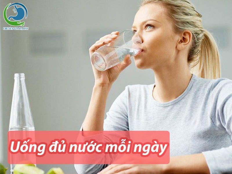 Uống đủ nước mỗi ngày giúp phòng ngừa bệnh trĩ rất hiệu quả