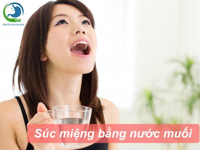 Suc miệng nước muối loãng giúp phòng tránh viêm họng do trào ngược dạ dày