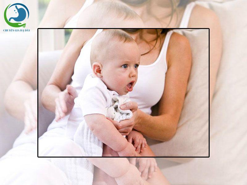 Trẻ nôn khan, sặc sau khi bú