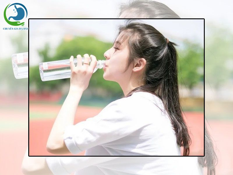 Uống nhiều nước hạn chế bị tiêu chảy do rượu bia